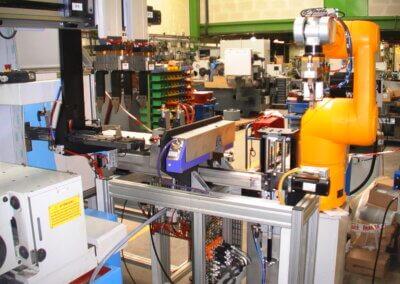 Portal mit Doppelgreifer und Roboterversorgung